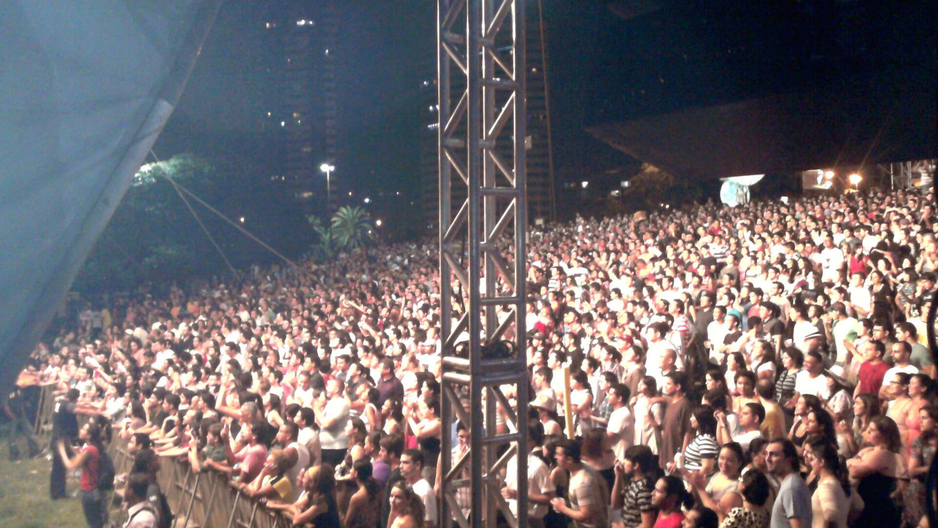 Multidão no gramado do Parque do Cocó em show de música ao vivo